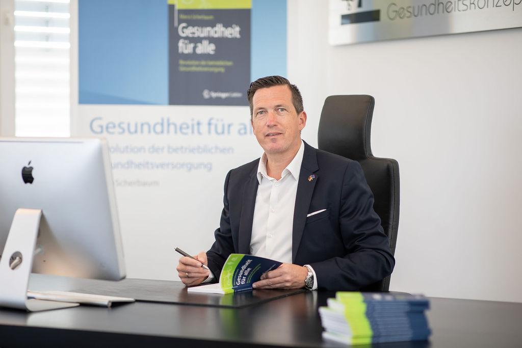 Signatur Buch Gesundheit für alle - Revolution der betrieblichen Gesundheitsversorgung _ Autor Marco Scherbaum _ Springer Verlag